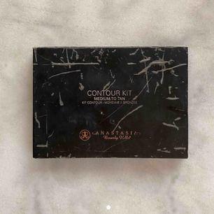 Äkta contour-kit från Anastasia Beverly Hills. Använd men är fel färg för mig och använder andra.. (medium/tan)  80 kr + frakt 🖤