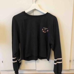 Mörkblå kroppad sweatshirt!💕 Väl använd men forfarande i ett bra skick. Köparen står för frakten🤪
