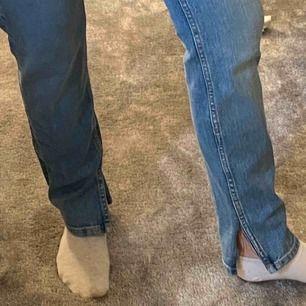 Säljer mina raka jeans med egenklippt slits, storlek S passar även Xs