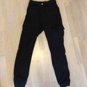 Svarta cargo byxor!🥵 Super coola och snygga, säljer pga att det inte längre är min stil men byxorna är i gott skick💕 Alla plagg tvättas innan de fraktas och köparen står för frakten