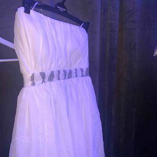 Säljer denna super söta klänning då jag bara haft användning för den 1 gång. Sitter jätte fint på. Frakten betalar du för🥰