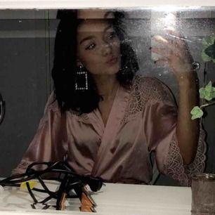Kimono från hm rosa köpt för 250kr säljer för jag behöver pengar🥰