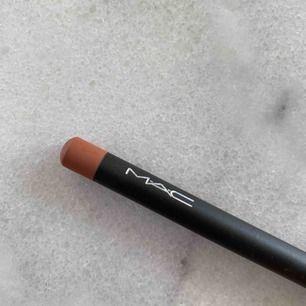 """Läppenna från Mac i färgen """"subculture"""" som i stort sett är oanvänd! Spritar såklart pennan innan frakt 🖤"""