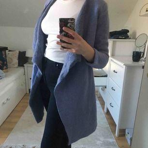 En vårlig kappa i ull liknade material, i väldigt bra skick. Frakt inräknat.