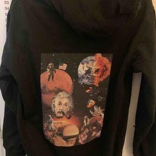En as najs hoodie från ett uf företag. Så mysig och perfekt i passformen. Så snyggt tryck på ryggen på hoodien