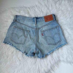 Ljusblå jeans shorts ifrån Levi's med slitningar vid fickorna! Storlek w25