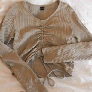 Snygg beige croppad tröja från Gina Tricot. Passar både M och S! Använd en gång, säljer pga för stor! 80 kr+ frakt🤍🛍