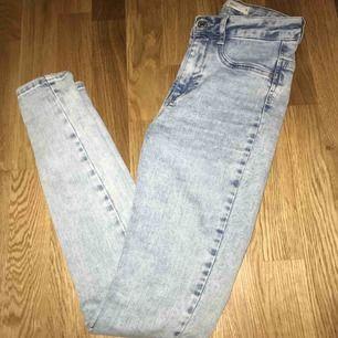 säljer dessa ursnygga byxorna från ginatricot eftersom att dom inte är min stil längre (har använt dom några fåtal gånger)🥰 högmidjade och mycket stretch! fraktar endast, frakt ingår i priset💜