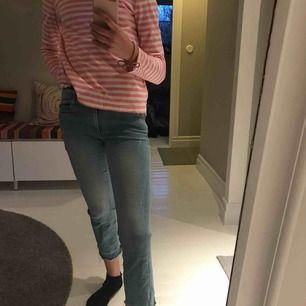 Supersnygga ljusblåa jeans, med coola detaljer. Jeansen sitter tajt i midjan och låren med blir vida neråt vaderna! Och är rätt så korta i modellen. Anväda men inga skador!