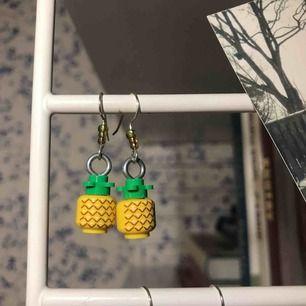 Tuffa lego ananas-örhängen! Handgjorda av mig :D Frakt kostar +39kr annars kan jag eventuellt mötas upp :)