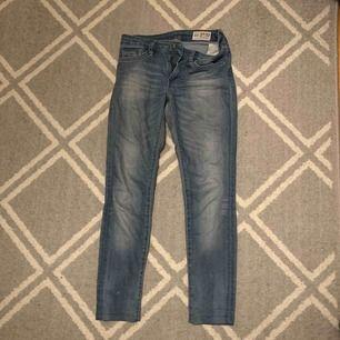 Tighta, lågmidjade jeans ifrån crocker. Färgen är blå men något urtvättade.