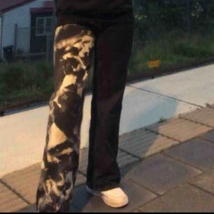 Svarta jeans som jag blekt själv, dom är lite slarvigt blekta på framsidan upptill, man kan se på sista bilden. Bra skick!💕💕