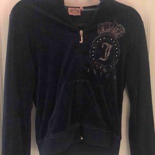 Jätteskön Juicy Couture kofta (äkta). Använd men i okej skick!  Köpt för ca 800 kr i USA! 80 kr+ frakt🤍🛍