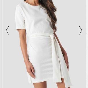 Säljer denna oanvända klänning från NAKD. 150 kr + frakt 🤍 storlek 32