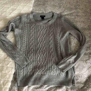 Grå stickad tröja som är i gott skick🥰 Alla plagg tvättas innan de fraktas och köparen står för frakten💕