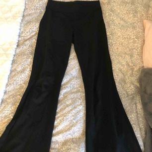 Svarta bootcut mjukisbyxor🥰 Super sköna att ha på sig och bekväma i midjan! De är i gott skick då jag nästan aldrig använt dom, alla plagg tvättas innan de fraktas och köparen står för frakten💕