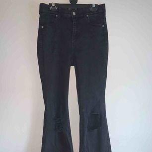 Säljer ett par svarta bootcut jeans från Dr Demin. De har tvättats ksk 2-3 gånger men har tyvärr blekts lite, ser dock väldigt fint ut då de ser stentvättade ut. Köpte dem för 600kr och säljer pågrund av att de är lite för korta.