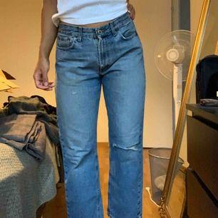 Loosefit jeans med  snygga slitningar👖 🌟 Raka i benen. Har normalt 29-30 i jeans men sitter väldigt snyggt loosefit