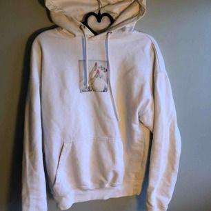 Ganska välanvänd hoodie som man ser på trycket men tycker det är coolt!! Du står för frakten💘