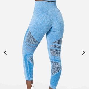 Jättefina ljusblå tights från I CAN I WILL som bara är använda 1 gång, passar även S🥰❤️ Högmidjade, sitter verkligen hur bra som helst och man får väldigt fin form på benen😊