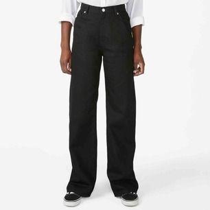 Kollar intresset på mina absoluta favorit jeans då jag har för många☹️🥰 Yoko byxor från monki och i super skick! Sitter bra på mig som är 160cm⚡️💞