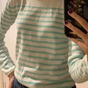 """Vit """"stickad"""" tröja med mintgröna ränder och knappar på axeln!🌵🌷 frakt ingår i priset!"""