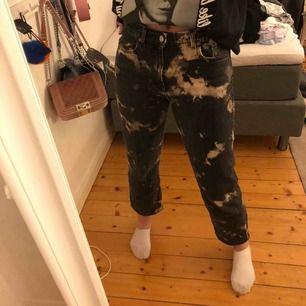 Säljer ett par jeans från weekday i modellen Voyage som jag blekt själv💞 dom är superfina men säljer pga att dom är lite för korta på mig som är 179👍🏽