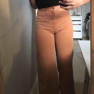 Orangea byxor från Weekday! Inga fickor och kortare modell så går alltså inte ända ner till fötterna. Använd fåtal gånger och tyvärr en liten söm som gått upp men det är inget som syns på vad jag tycker.
