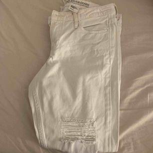 Ett par vita low Waist girlfriend jeans från HM🤍. Aldrig använda Köparen står för frakten!