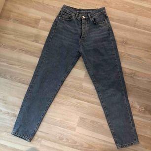 fina blåa jeans ifrån bikbok i lite rakare modell  två av öglorna där man sätter in skärpet har tyvärr gått upp, men inget man tänker på!   200kr + frakt🧚🏼♀️