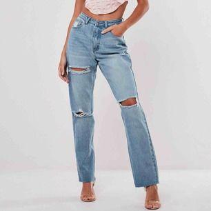 """Helt nya, oanvända jeans ifrån Missguided. Lapparna sitter kvar. Det är storlek """"petit 36"""" och är bra i längden för mig som är 163 cm.  Köparen står för frakten"""