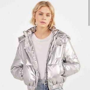 En silvrig jacka ifrån Bershka som är i storlek Medium. Skulle säga att jackan funkar för en person som är XS-M beroende på hur man vill ha den. Jackan kostade 600kr när jag köpte den. Jackan är aldrig använd, endast testad en  gång. 👌🏿👌🏿👌🏿💕💕