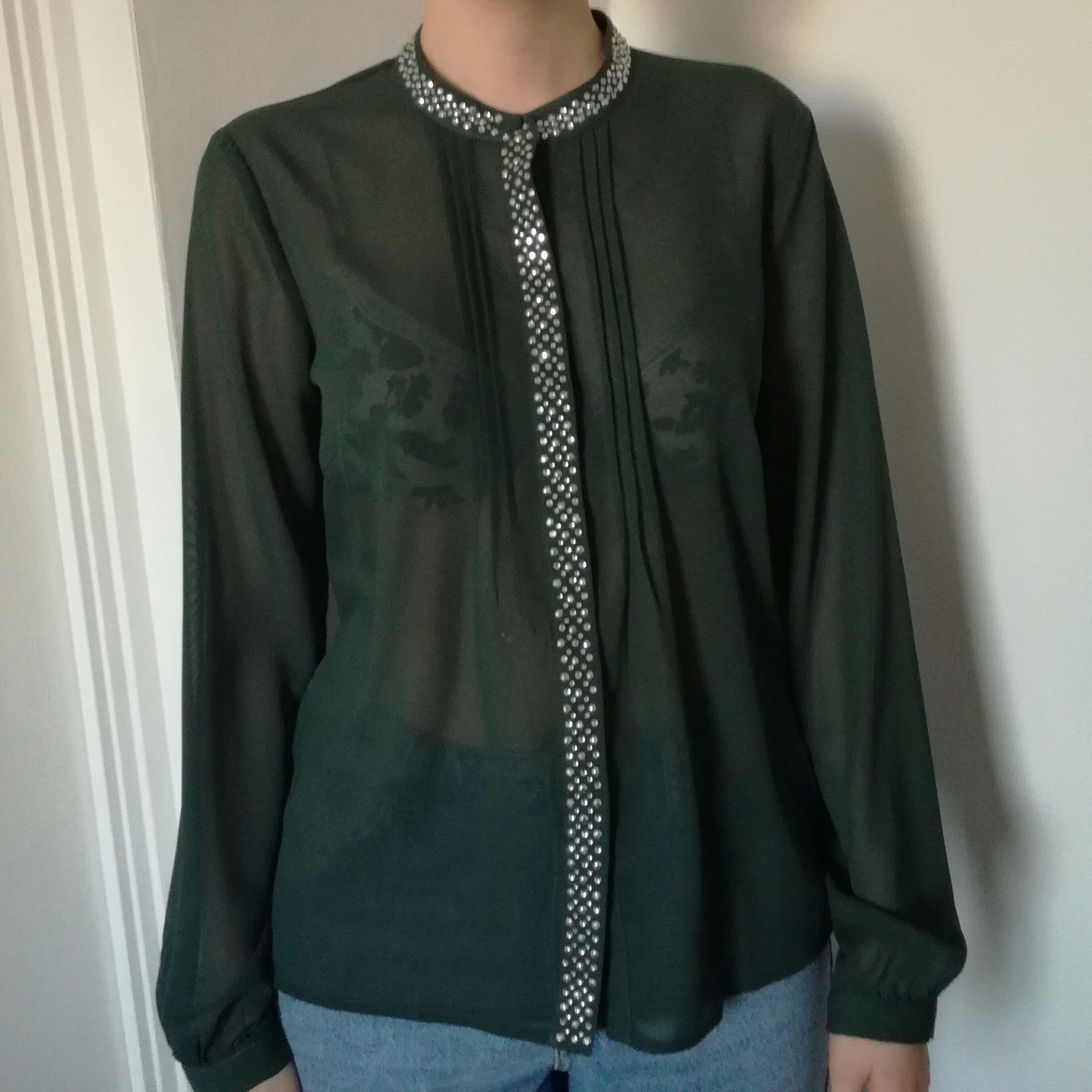 En fin grön blus som har de lilla extra. Passar inte min stil och säljer därför denna. Fint skick nästan oanvänd. [Tar endast swish] köparen står för frakt. Blusar.