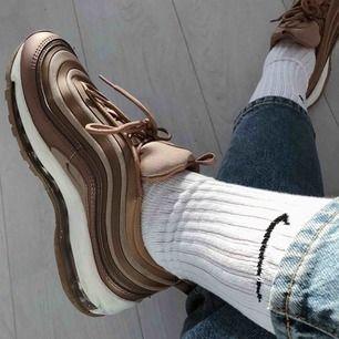 Säljer mina Nike air max 97! Använt dem få gånger så dem är i bra skick!  Köpte dem för 1600kr men säljer dem för 500kr + frakt eller bud! 😊  Kan mötas upp i Stockholm om det är den 8/4