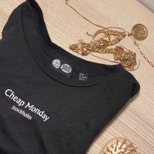 Superfin cheap monday t-shirt i nyskick! Lite översidas och längre i armarna! Svinsnygg till svarta jeans. Orginalpris 200kr