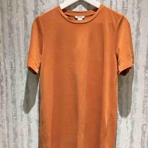 Jättefin t-shirtklänning från Monki, skönt material!!  Säljer för 90kr + frakt Kan mötas upp i Stockholm om det är den 8/4!