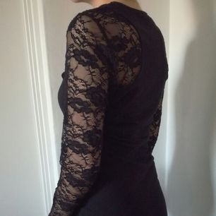 En svart klänning som är figursydd. Är i bra skick och säljer för att den inte används längre. Når knäna på mig som är 177cm [Tar endast swish] köparen står för frakt