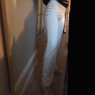 """Sköna raka byxor med """"kostym material"""" från Nelly. Använda en gång så bra skick. Utan fickor, andra bilden är tagen bakifrån"""