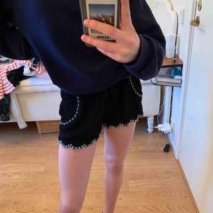 Säljer mina short. De har fina detaljer och passar jättebra till sommaren!