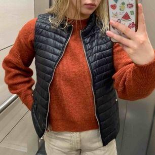 """Skön tröja i nyskick från Chiquelle. Lite kortare modell med långa armar. Den heter """"Pullover knit"""" och färgen är slutsåld på Chiquelles hemsida😊"""