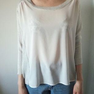 Perfekt till det varma vädret i sommar! Fin genomskinlig blus som inte använts mycket alls. Sitter lite löst så skulle säga att den kan passa en mindre L. Storlek är annars M (jag har S och den är därför för stor på mig)
