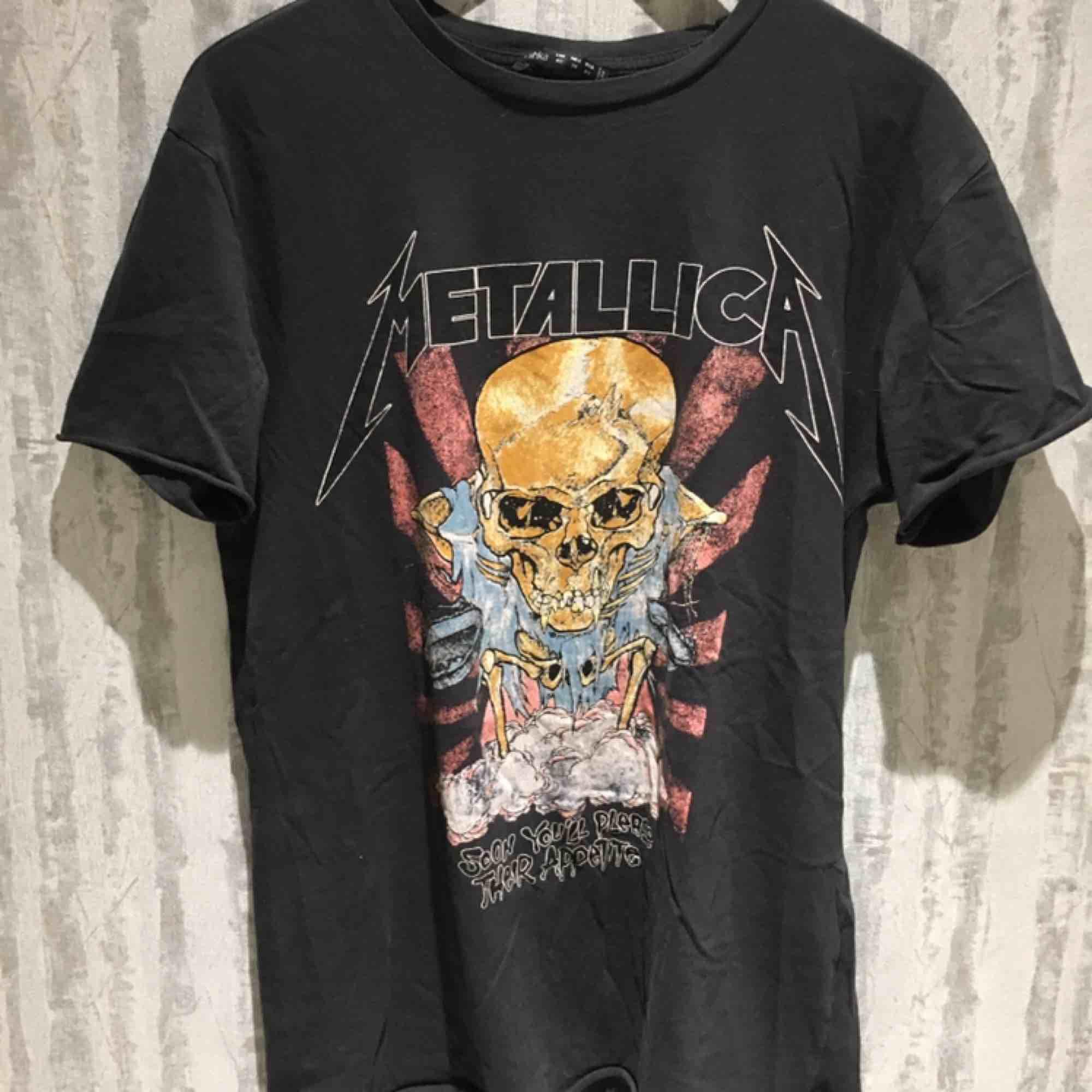 Metallicatröja från Bershka, strl XS men passar S och M 90kr + frakt eller bud! Kan mötas upp i Stockholm om det är den 8/4!. T-shirts.
