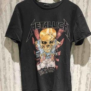 Metallicatröja från Bershka, strl XS men passar S och M 90kr + frakt eller bud! Kan mötas upp i Stockholm om det är den 8/4!