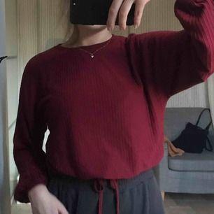 Använd 1 gång. Långärmad tröja som man knyter vid magen.