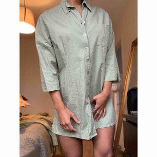 Snygg oversize linneskjorta 🌟 Snygg till ett par byxor eller som den är på sommaren 🌿👌🏽 står strl XL jag själv är S-M