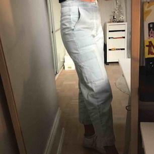 Snygga jeans från Zara med en ficka på sidan. Knappt använda så bra skick.