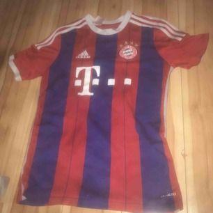 En supporter- tränings tröja av Adidas med Bayern München på. Användes förr men är för liten för mig nu. Köpt i Tyskland.  Storlek: small