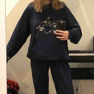 Säljer min ascoola marinblåa sweatshirt med häftigt tryck. Den är oversized då det är en L men den är heller inte för stor skulle jag säga. Väldigt skön och har bra och icke slitet material.
