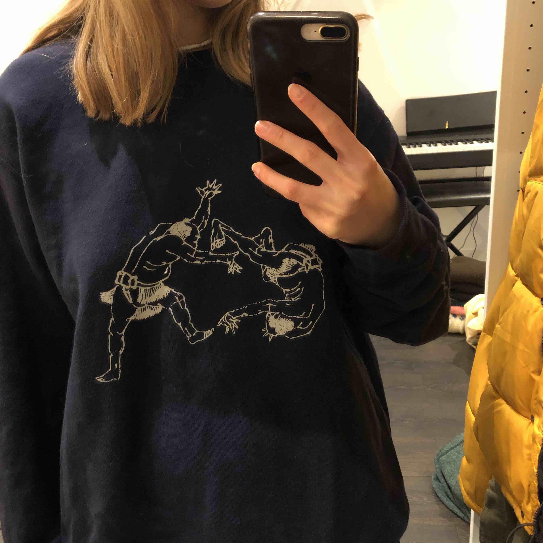 Säljer min ascoola marinblåa sweatshirt med häftigt tryck. Den är oversized då det är en L men den är heller inte för stor skulle jag säga. Väldigt skön och har bra och icke slitet material. . Huvtröjor & Träningströjor.