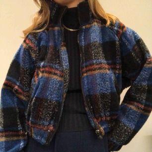 Säljer min supermysiga rutiga jacka från Urban outfitters. Den är randig i färgerna blått, svart, rött, vitt och brunt. Lite kortare i modellen men också puffig. Knappt använd, säljer pga inte min stil. (Budgivning pågår)